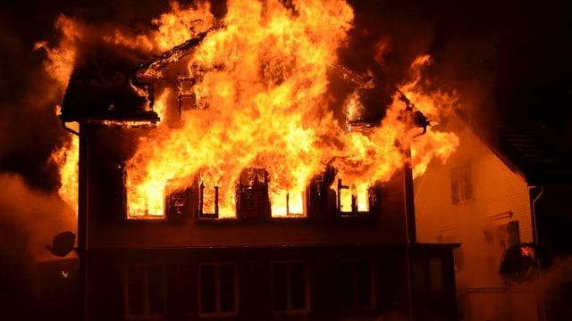 Wohnhaus steht in Flammen.