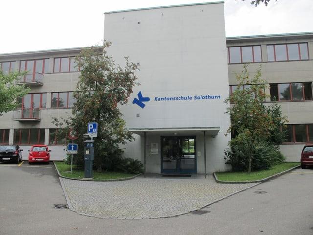 Gebäude der Kantonsschule Solothurn von aussen vor dem Haupteingang