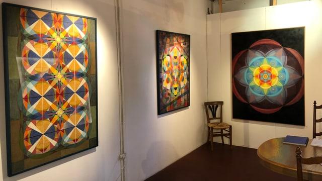Ausstellungsraum mit drei Bildern