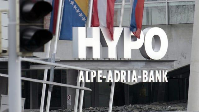 Ein Schriftzug der Hypo Alpe Adria Bank.