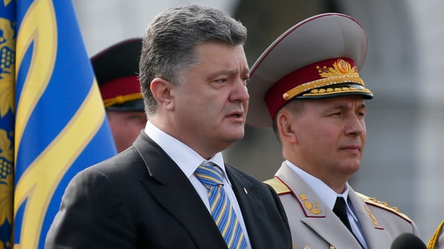 Poroschenko steht neben Geletej.