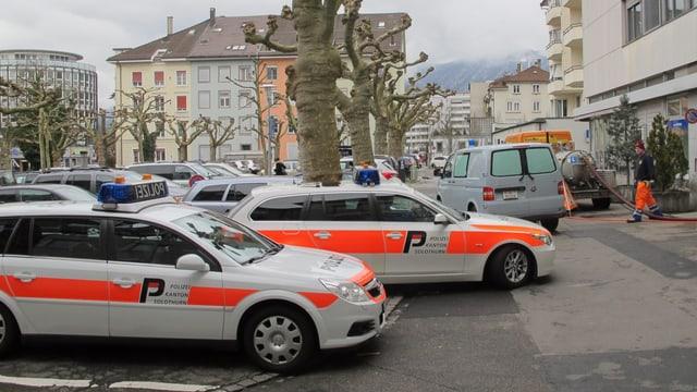 Polizeiautos vor Gerichtsgebäude