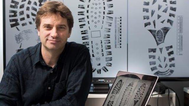Informatikdozent Thomas Koller zeigt verschiedene Schuhsohlen-Profile.
