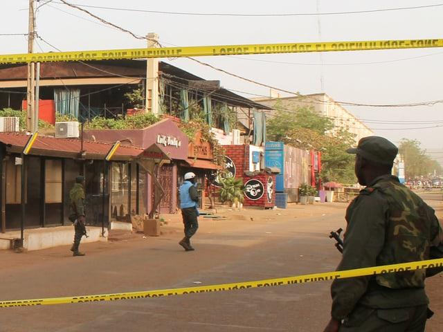 Polizeikräfte vor dem Restaurant in Bamako.