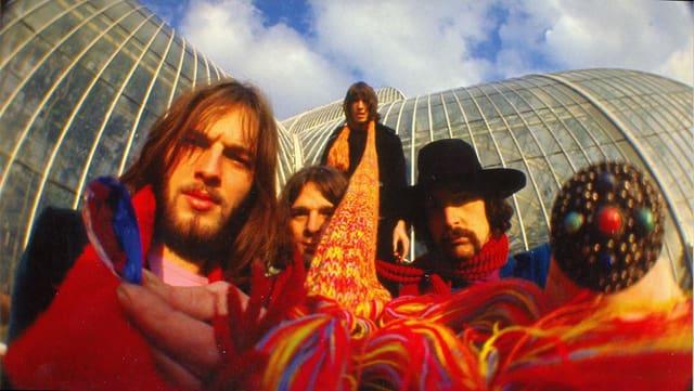 Dave Gilmour (links) mit seinen Pink-Floyd-Kollegen vor einem botanischen Garten.