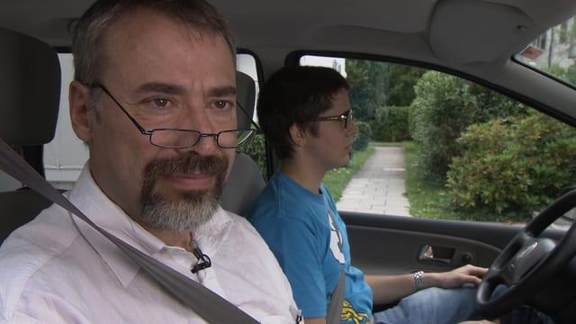 R.G. und sein Sohn ärgern sich über die sinnlose Versicherung