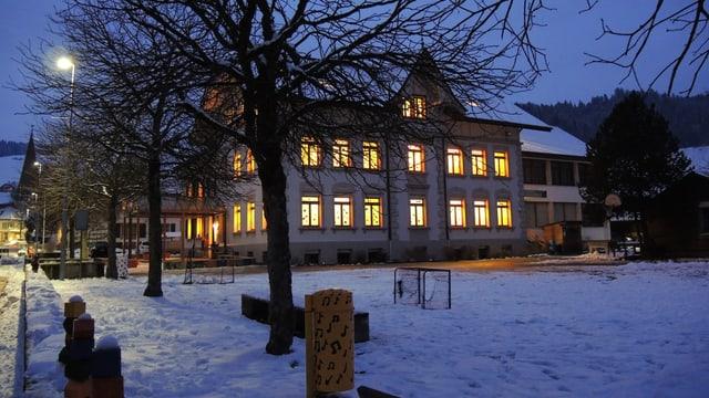 Beleuchtetes Schulhaus in Zäziwil.