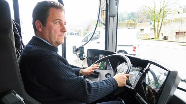 Ein Mann am Steuer eines Elektrobusses.