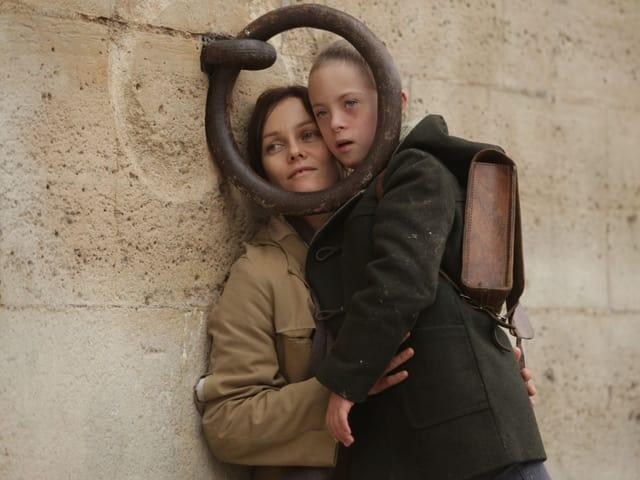 Filmbild: Jacqueline (Vanessa Paradis) klammert sich im Paris des Jahres 1969 an ihren Sohn Laurent (Marin Gerrier)