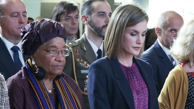 Königin Letizia (2.v.r.) und die liberische Staatspräsidentin Ellen Johnson-Sirleaf (3.v.l.) gedenken der Opfer von Paris.
