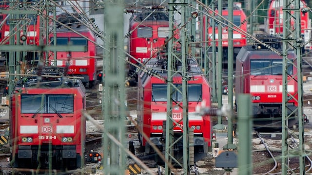 8 locomotivas cotschnas da la Deutscha Bahn davos las lingias d'electricitad.