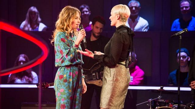 Anna Rossinelli mit Band und Susanne Kunz bei «1 gegen 100».