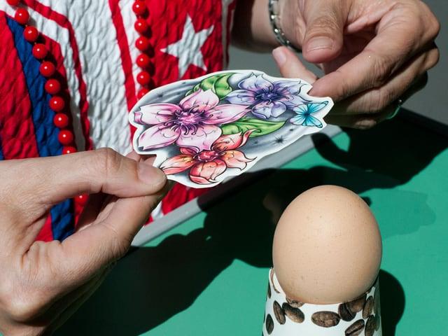 Einfaches Konzept, grosse Wirkung. Ein klassisches Blumentattoo soll unsere Ostereier schmücken.