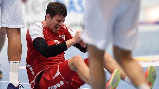 Andy Schmid mit schmerzverzerrtem Gesicht am Boden