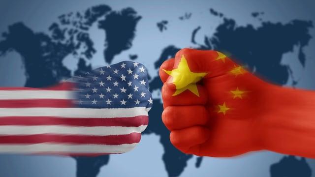 Zwei Fäuste mit USA- und China-Fahne.
