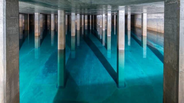 Sauberes Wasser in einem grossen betonierten Raum