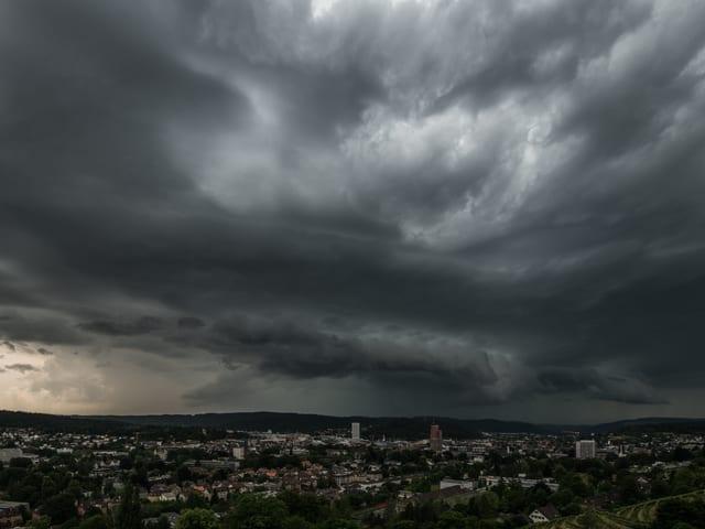 Dunkle Wolken über der Stadt.