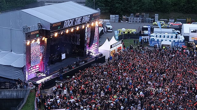 Luftaufnahme von Bühne und Publikum.