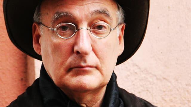 Mann mit Hut und Brille