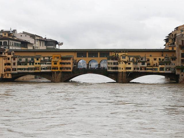 Ponte Vecchio in Florenz mit dem hohen Pegel des Arno