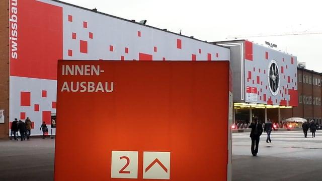 """Die für die Swissbau """"eingekleidete"""" Fassade der Messe."""