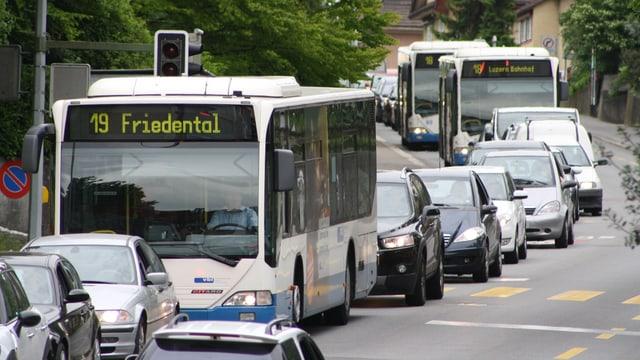 Busse und Autos stehen im Stau