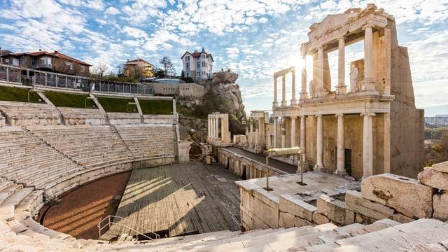 Die Ruinen eines gut erhaltenen römischen Amphitheaters.