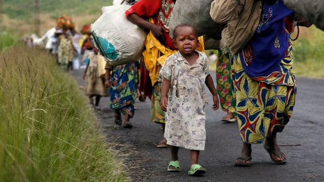 Ein Mädchen in einem langen Flüchtlingstrek.
