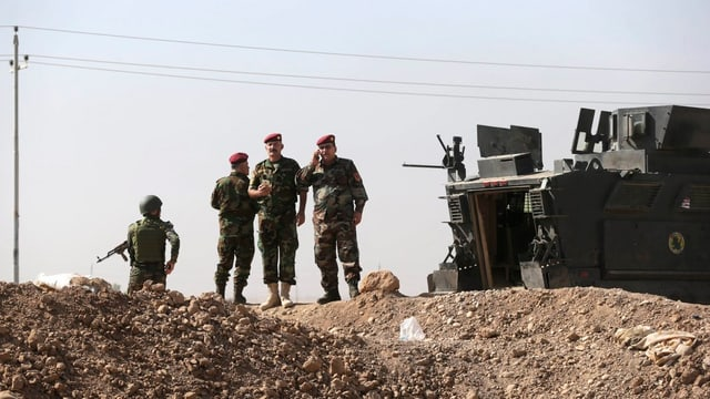 Soldaten vor einem Panzer