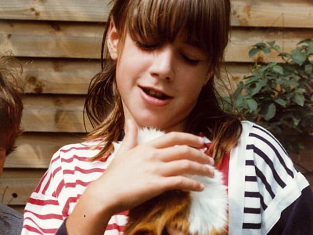 Joelle Beeler mit Meerschweinchen im Arm.