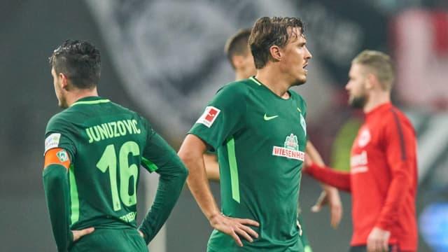 Spieler von Werder Bremen schauen nach dem Spiel enttäuscht aus der Wäsche.