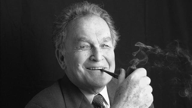 Otto Stich, lachend und Pfeife rauchend