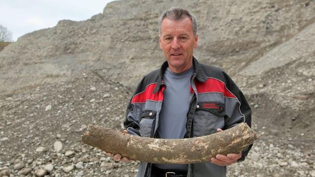 Peter Honauer mit dem 75 cm langen Mammutstosszahn.
