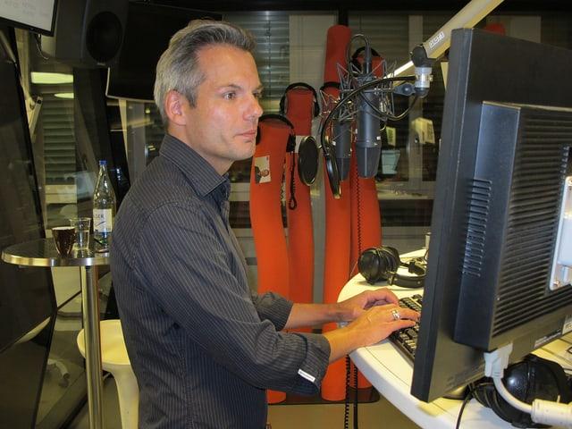 Florian Schmid im Radiostudio am Computer.