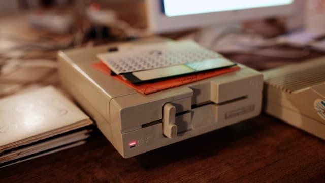 Eine Commodore-64-5.25-Zoll-Floppy-Disk mit Disketten.