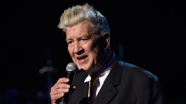 Filmregisseur David Lynch spricht in ein Mikrophon.