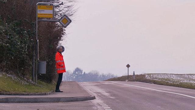 Der Berner Kantonsoberingenieur Stefan Studer steht an einer Postauto-Haltestelle.