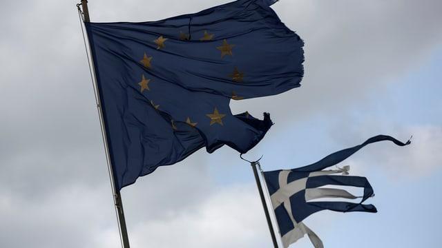 bandiera da l'Ue e la grezia ch'èn ruttas