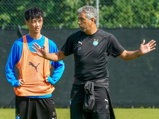 Neuzugang Ming-Yang Yang (links) und Trainer Joao Carlos Pereira bei GC im Training