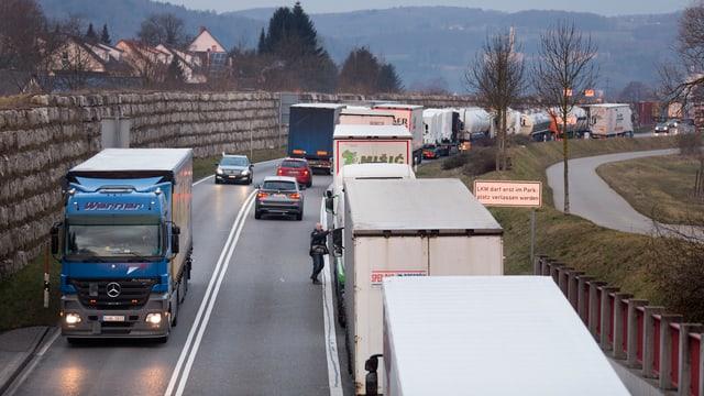 Eine Kolonne von Lastwagen.