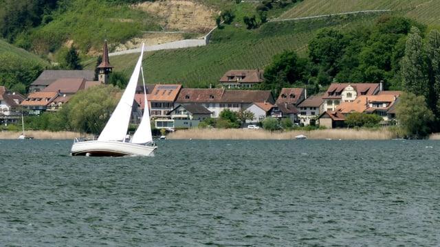 Ein Segelschiff hart am Wind auf dem Murtensee.