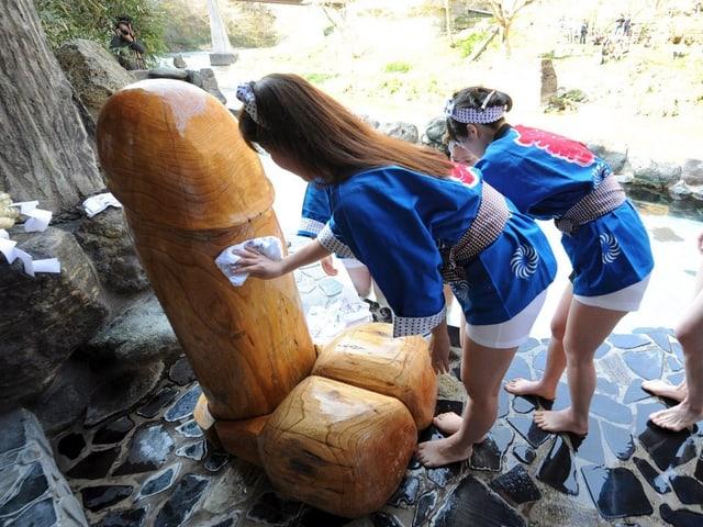 Frauen putzen Holzpenis