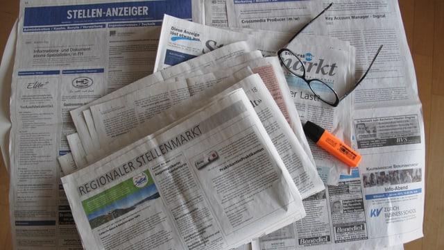 Zeitungen mit Stellenausschreibungen.