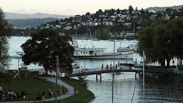 Die Zürcher Landiwiese umringt vom Zürichsee.