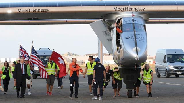Solar Impulse Flugzeug, darum herum Team-Mitglieder.