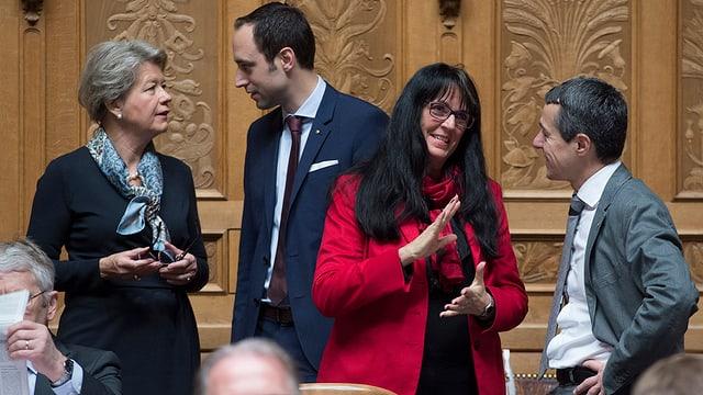 Parlamentaris debatteschan davart la protecziun da l'ambient.