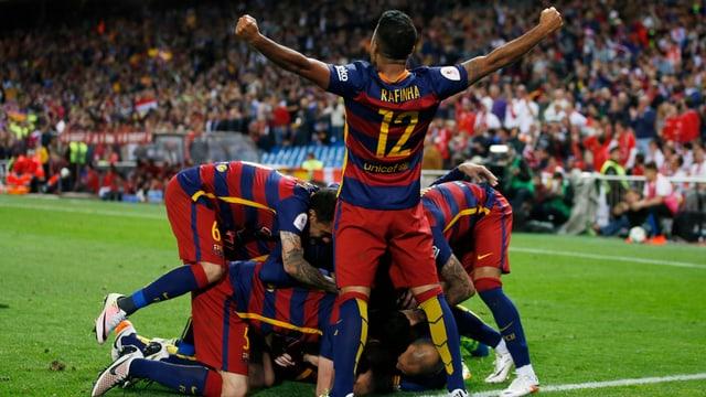 Barcelona freut sich über den Torerfolg.