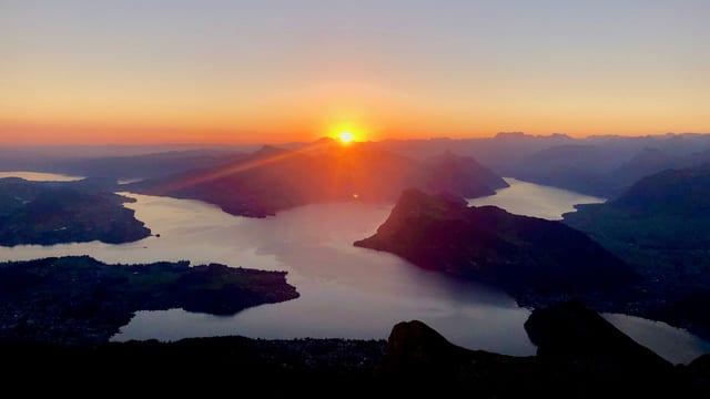 Sonnenaufgang über dem Vierwaldstättersee, aufgenommen vom Pilatus