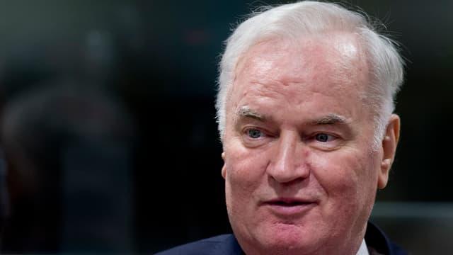 Ratko Mladic hält die hand an der Nase