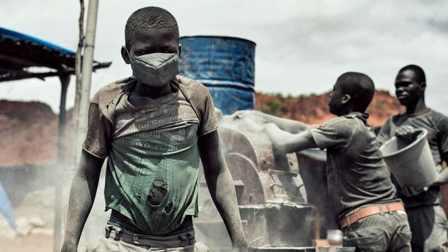 Ein Minderjähriger arbeitet in einer Goldmine in Burkina Faso.
